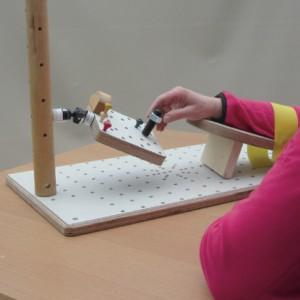 Die Basissäule lässt sich das Handbrett mit Kugelgelenk (optionales Zubehör) anbringen